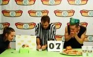 Хамстер побеждава японец в състезание по бързо хранене