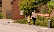 Невероятна подкрепа: Котка всеки ден изпраща момченце до градинката му (видео)