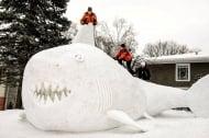 Трима братя правят гигантски животни от сняг в двора си