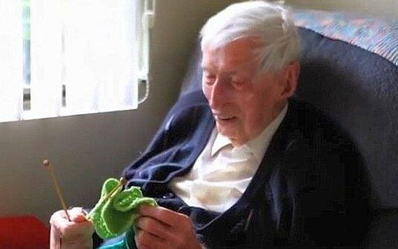 109-годишен мъж плете спасителни пуловерчета за пингвини, пострадали от нефтен разлив