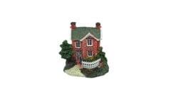 Красива червена къща с малък двор