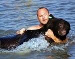 Човек спасява давеща се мечка